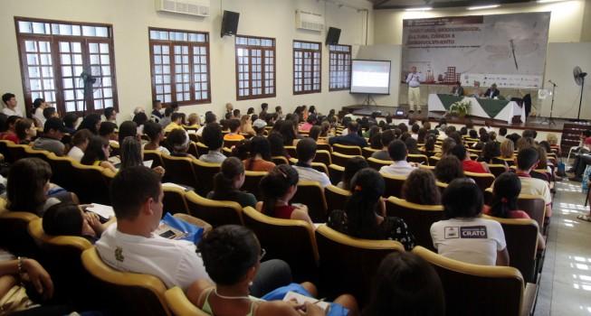 O papel da pesquisa na formação dos professores foi discutido na sexta-feira, na Reunião Regional do Cariri, em Crato, CE. Os debatedores defenderam a valorização e, também, maior participação dos professores nos processos de definição de políticas educacionais. (Foto: Chico Gomes/SECITECE)